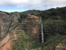 Kauai vattenfall i den Waimea kanjonen fotografering för bildbyråer