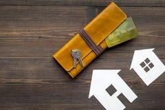 Kauf Haus mit Online-Zahlung auf Draufsichtspott des Hintergrundes des Arbeitsschreibtisches hölzernem oben Stockfoto