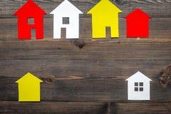 Kauf Haus mit Papierzahl auf Draufsichtspott des Hintergrundes des Arbeitsschreibtisches hölzernem oben Lizenzfreie Stockfotografie
