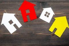 Kauf Haus mit Papierzahl auf Draufsichtspott des Hintergrundes des Arbeitsschreibtisches hölzernem oben Stockfotos