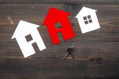 Kauf Haus mit Papierzahl auf Draufsichtspott des Hintergrundes des Arbeitsschreibtisches hölzernem oben Lizenzfreies Stockfoto
