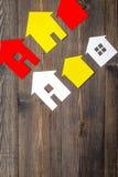 Kauf Haus mit Papierzahl auf Draufsichtspott des Hintergrundes des Arbeitsschreibtisches hölzernem oben Stockfotografie