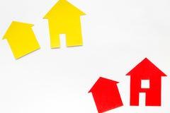 Kauf Haus mit Papierzahl auf Draufsichtspott des Hintergrundes des Arbeitsschreibtisches weißem oben Lizenzfreie Stockbilder