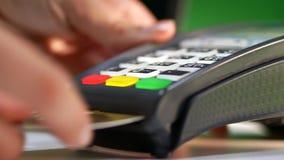 Kauf mit einer Bank oder einer Kreditkarte stock video footage