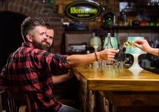Kauf und Zahlung Bargeldkonzept Urlaubspitzen f?r Barmixer Tipp gegeben dem Kellner Ein weiteres Alkoholcocktail Mann stockbild