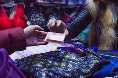 Kauf, Zahlung und Kauf von Waren im Kleidungsmarkt lizenzfreies stockfoto