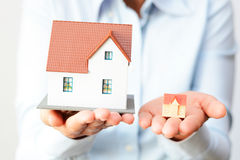 Kaufen eines kleinen oder großen Hauses, das den Preisunterschied betrachtet Lizenzfreie Stockfotografie