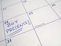 Kaufen Sie die Geschenke, die auf einen Kalender geschrieben werden. Lizenzfreie Stockfotografie