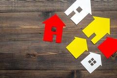 Kaufen Sie Haus online mit Papierzahlen auf Draufsichtmodell des Hintergrundes des Schreibtischs hölzernem Stockfoto
