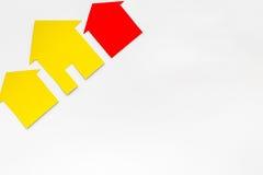 Kaufen Sie Haus online mit Papierzahlen auf Draufsichtmodell des Hintergrundes des Schreibtischs weißem Lizenzfreie Stockfotos
