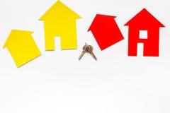 Kaufen Sie Haus online mit Papierzahlen und Schlüsseln auf Draufsichtmodell des Hintergrundes des Schreibtischs weißem Stockfotos