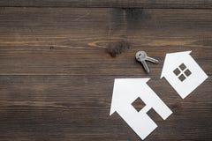 Kaufen Sie Haus online mit Papierzahlen und Schlüsseln auf Draufsichtmodell des Hintergrundes des Schreibtischs hölzernem Lizenzfreie Stockfotografie