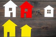 Kaufen Sie Haus online mit Papierzahlen und Schlüsseln auf Draufsichtmodell des Hintergrundes des Schreibtischs hölzernem Stockfotografie