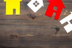 Kaufen Sie Haus online mit Papierzahlen und Schlüsseln auf Draufsichtmodell des Hintergrundes des Schreibtischs hölzernem Stockfotos