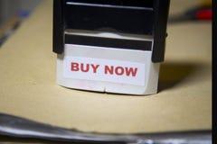 Kaufen Sie jetzt Stempel auf einem großen Ordner der Schreibarbeit Lizenzfreie Stockfotografie
