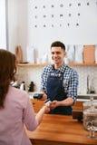 Kaufen Sie Kaffee Frau, die mit Kreditkarte im Café zahlt stockfotos