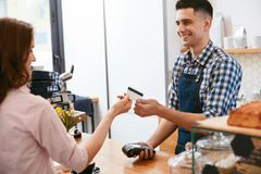 Kaufen Sie Kaffee Frau, die mit Kreditkarte im Café zahlt lizenzfreie stockfotografie
