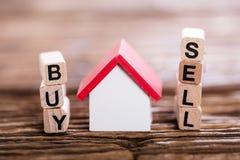 Kaufen Sie oder verkaufen Sie Wahl mit kleines Haus-Modell Stockbild