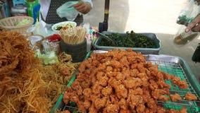 Kaufen Sie würzigen thailändischen Aperitif am Markt, Thailand stock video