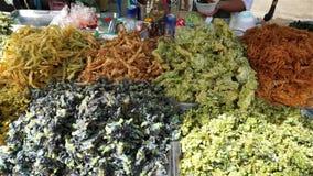 Kaufen Sie würzigen thailändischen Aperitif am Markt, Thailand stock footage
