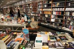 Kaufende Bücher der Buchhandlung lizenzfreie stockfotos