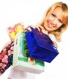 Kaufende blonde Frau über einem weißen Hintergrund Lizenzfreie Stockfotografie