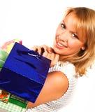 Kaufende blonde Frau über einem weißen Hintergrund Lizenzfreie Stockbilder