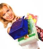 Kaufende blonde Frau über einem weißen Hintergrund Stockbild