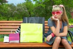 Kaufende blonde Frau im rosafarbenen Glas Lizenzfreie Stockfotos