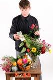 Kaufende Blume des Mannes Lizenzfreies Stockbild