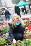 Kaufende Blumen der Frau auf dem Markt Lizenzfreie Stockfotografie