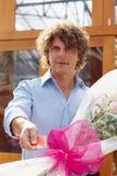 Kaufende Blumen des Mannes Stockfotos