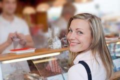 Kaufende Bonbons der Frau am octoberfest lizenzfreie stockbilder