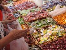 Kaufende Bonbons der Person Stockfoto
