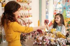 Kaufende Bonbons des glücklichen Mädchens im Speicher Lizenzfreie Stockfotografie