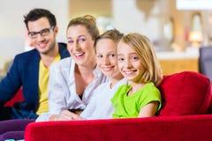 Kaufende Couch der Familie im Möbelgeschäft Stockbild