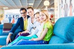 Kaufende Couch der Familie im Möbelgeschäft Stockbilder