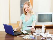 Kaufende Drogen des Mädchens online mit Laptop Stockfoto