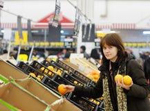 Kaufende Frucht des jungen Kunden Stockbilder