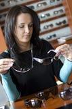 Kaufende Gläser der Frau Lizenzfreie Stockfotos