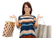 Kaufende hübsche Frau über weißem Hintergrund stockfoto