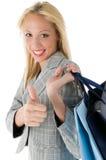 Kaufende hübsche Frau mit dem Daumen oben Stockfotos