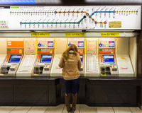 Kaufende Karte von den Automaten in Fukuoka-Flughafen Stockbild