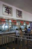 Kaufende Karten an der Peking-Station Stockfoto