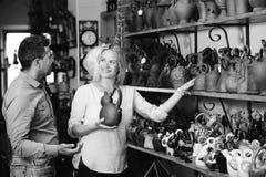 Kaufende Lehmtonware der Paare Lizenzfreie Stockfotografie