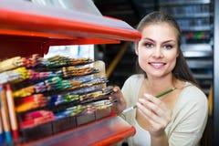 Kaufende mehrfarbige Bleistifte der netten Kundin Stockfotos