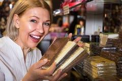 Kaufende Schokolade des blonden Pensionärs Lizenzfreies Stockfoto
