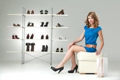 Kaufende Schuhe der blonden Frau Stockbild