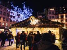 Kaufende Weihnachtsmarktchalets Einkaufselsass Stockfotografie