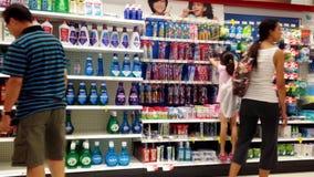 Kaufende Zahnbürste der Leute stock footage